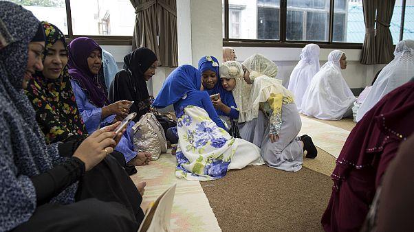 مسلمات يتحققن من هواتفهن الذكية