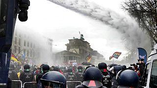 COVID-19: Cien detenidos en Berlín