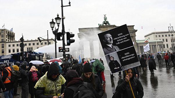 Wasserwerfer gegen Corona-Proteste