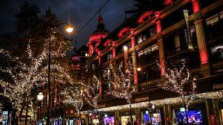 Vitrinas de Natal e ruas vazias em Paris