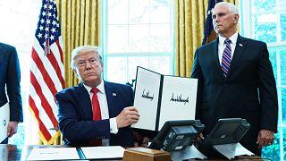 الرئيس الأمريكي دونالد ترامب يُظهر أمراً تنفيذياً بشأن العقوبات على المرشد الأعلى لإيران في المكتب البيضاوي للبيت الأبيض في 24 يونيو 2019.