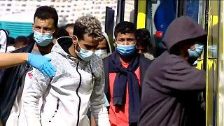 Un grupo de migrantes de Arguineguín sube a un autobús para su traslado a Barranco Seco