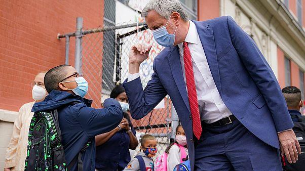 عمدة نيويورك بيل دي بلاسيو يحيي التلاميذ عند وصولهم لحضور دروس شخصية خارج المدرسة العامة 188 في نيويورك