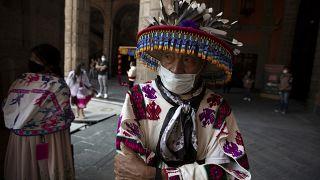 Indígena del estado de Durango el Día de los Muertos en el palacio presidencial, Ciudad de México, 31/9/2020