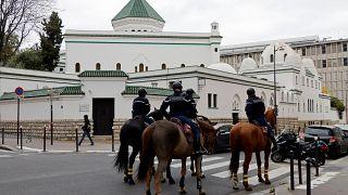 .المسجد الكبير في باريس- تحمي فرنسا أماكن العبادة حيث أعلنت  حالة التأهب من الإرهاب  بعد هجوم بسكين في كنيسة في مدينة نيس