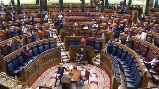 Diputados aplauden tras la aprobación de la reforma educativa presentada por el Gobierno