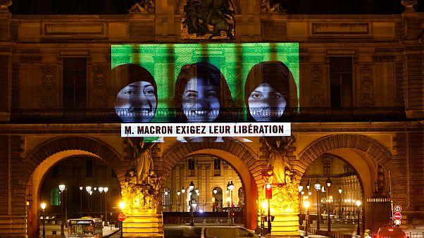 السعودية نيوز |      شاهد: صور لناشطات سعوديات معتقلات على واجهة متحف اللوفر في باريس