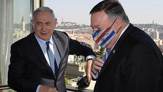 ABD Dışişleri Bakanı Mike Pompeo (sağda) ve İsrail Başbakanı Binyamin Netanyahu (solda) ile Batı Kudüs'teki Başbakanlık ofisinde bir araya geldi