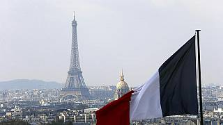 Französische Fahne über der Skyline von Paris