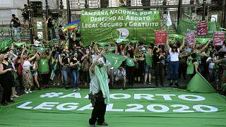 شاهد: مئات الناشطين المؤيدين لمشروع قانون الإجهاض في شوارع بوينس آيرس