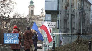 متظاهرون يحتجون ضد سيطرة الحكومة البولندية على نظام المحاكم أمام المحكمة العليا في وارسو ، بولندا.28 يناير 2020