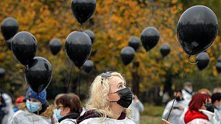 A járvány áldozatait szimbolizáló fekete léggömbök egy romániai demonstráción