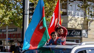 Azerbaycanlılar çatışmaların bitmesini kutluyor