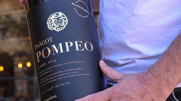 زجاجة من النبيذ الأحمر يحمل اسم وزير الخارجية الأمريكي مايك بومبيو.