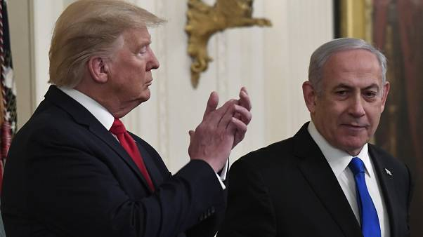 الرئيس دونالد ترامب، يصفق لرئيس الوزراء الإسرائيلي بنيامين نتنياهو في البيت الأبيض في واشنطن.