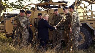 Archivaufnahme: Johnson mit Armeeangehörigen