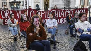 Участники демонстрации школьников и студентов в Риме 17 ноября 2020