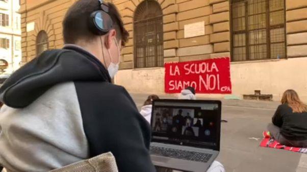 Iskolájuk előtt, az utcán tanulva tünetenek a diákok Olaszországban