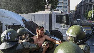 Un joven es detenido durante la protesta de este jueves en Santiago de Chile