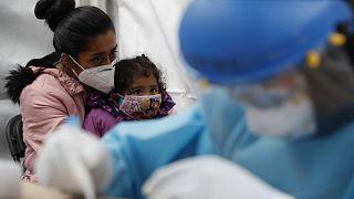 Una madre y su hija se someten al test rápido del coronavirus en uno de los módulos sanitarios instalados en Ciudad de México