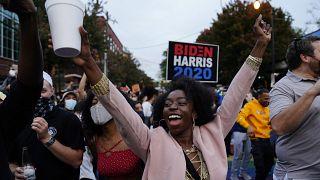 ABD'nin Georgia eyaletinde Biden'ın zaferini kutlayan bir seçmen