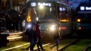 Fußgänger überqueren Straßenbahnschienen in Frankfurt/Main, 19.11.2020