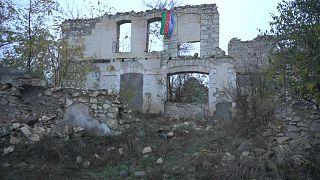 Dal fronte azero, la bandiera dell'Azerbaigian sulla città di Fizuli
