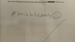 Jolovan Wham'ın Twitter hesabından paylaştığı celp kağıdına attığı gülen yüzlü imza