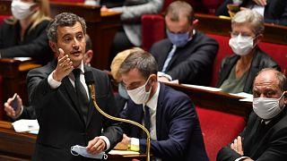 وزير الداخلية الفرنسي جيرالد دارمانين خلال جلسة الأسئلة للحكومة في الجمعية الوطنية في باريس.