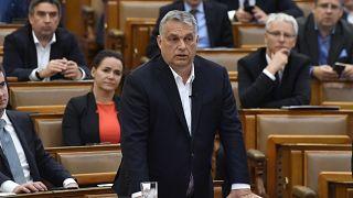 رئيس الوزراء المجري فيكتور أوربان يرد على نائب معارض داخل البرلمان في بودابست ، المجر،الإثنين ، 30 مارس 2020