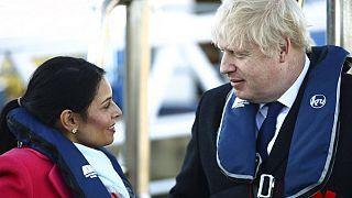 وزيرة الداخلية البريطانية بريتي باتيل مع بوريس جونسون