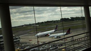 طائرات  متوقفة عن العمل على مدرج مطار بروكسل