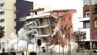 Arnavutluk'taki deprem sonrası hasar nedeniyle kontrollü yıkılan bir bina 2019