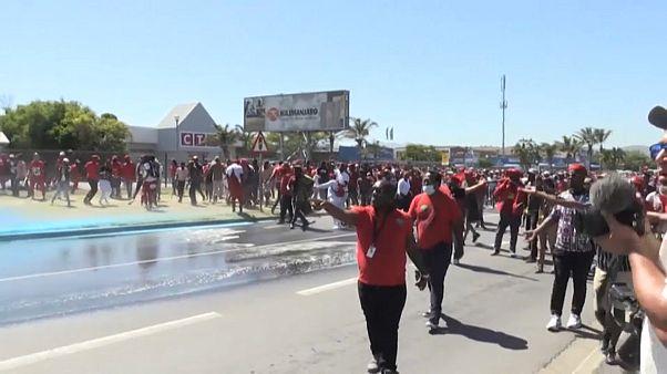 Könnygázt is bevetett a fokvárosi rendőrség a rasszizmus ellen tüntető tömeggel szemben