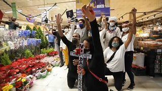Protestas y disturbios en varias ciudades de Brasil, incluso en el supermercado donde murió la víctima tras recibir una paliza.