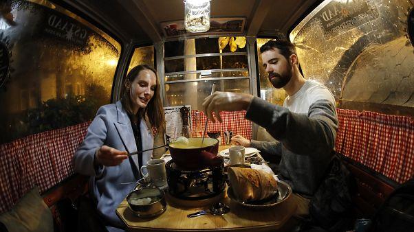 تناول طبق الفوندو في أحد المطاعم السويسرية