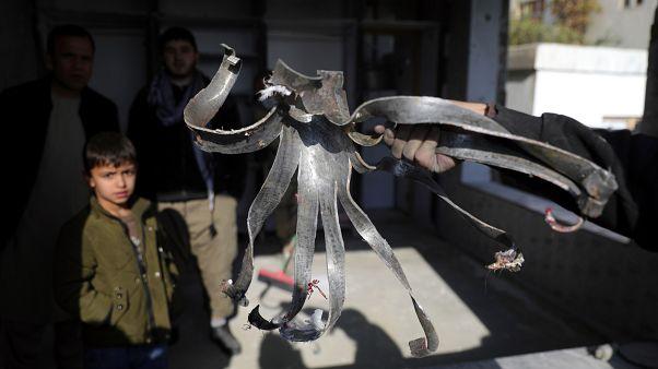 Un Afghan tient le fragment d'une roquette qui a explosé à Kaboul le 21 novembre 2020.