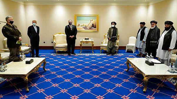 مایک پمپئو، وزیر خارجه آمریکا و ملا عبدالغنی برادر، رئیس هیات مذاکره کننده طالبان، دوحه قطر، ۲۱ نوامبر ۲۰۲۰