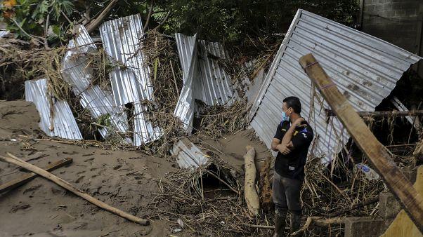 شاهد.. سكان مدينة في هندوراس يلملمون ما تركته العاصفة إيتا من حطام منازلهم