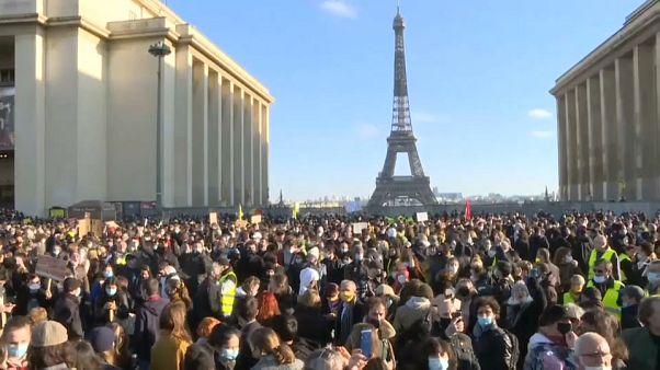 Újságírók tüntettek egy francia törvényjavaslat ellen