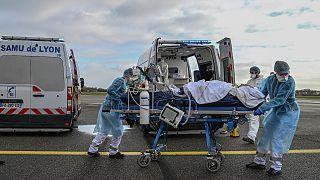 مسعفون ينقلون مصابا في فرنسا
