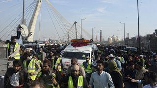 Il corteo funebre per Khadim Hussain Rizvi a Lahore, Pakistan