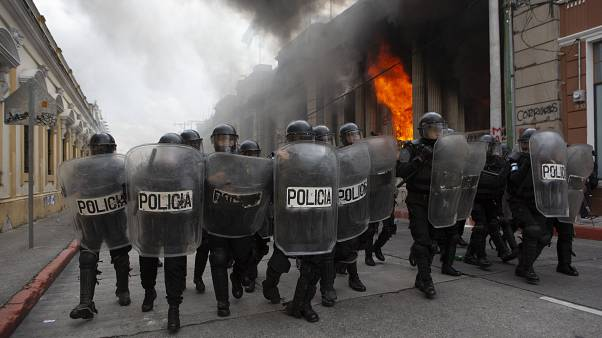 Guatemala'da hükümetin 2021 bütçesini protesto eden göstericiler parlamento binasını ateşe verdi