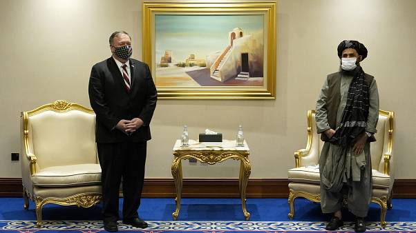 Le secrétaire d'État américain Mike Pompeo et le mollah Abdul Ghani Baradar, négociateur en chef des insurgés, le 21 novembre 2020, à Doha, au Qatar.