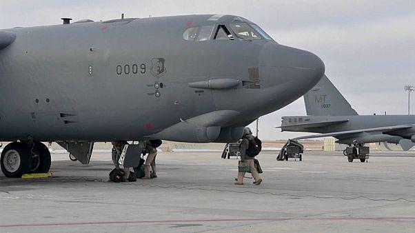 قائفات القنابل الأمريكية B-52H قبل الإقلاع من قاعدة مينوت الجوية في داكوتا الشمالية في طريقها لمنطقة الشرق الأوسط