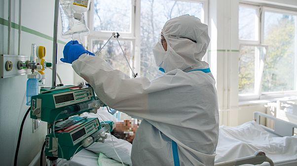 Ápoló egy koronavírussal fertőzött, lélegeztető gépen lévő beteget lát el