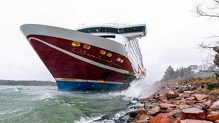 Finlandiya merkezli Viking Line deniz taşımacılığı şirketine ait Viking Grace feribotu, Baltık Denizi'nde karaya oturdu