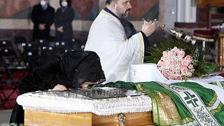 شاهد: جنازة حاشدة لبطريرك صربيا بعد وفاته متأثراً بفيروس كورونا