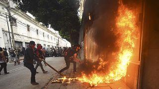 Flaschen und Steine auf Polizisten in Guatemala-Stadt