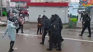 Belarus: Polizeigewalt bei friedlicher Demo, über 300 Festnahmen